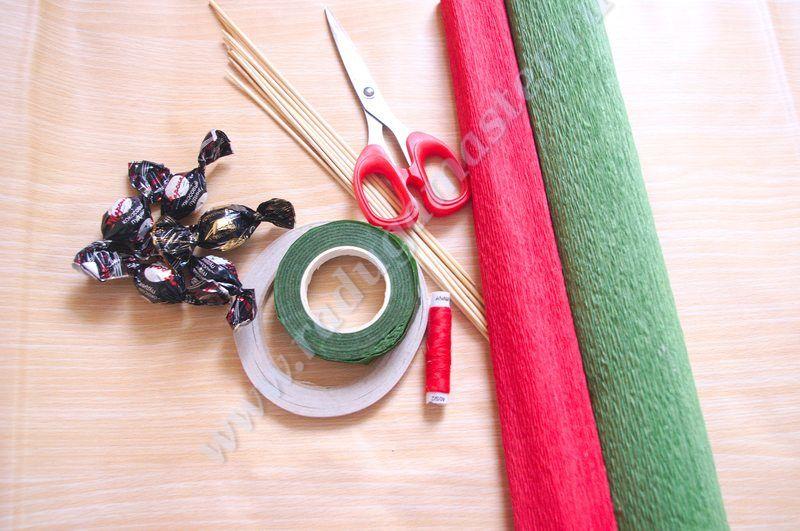 Материалы и инструменты для работы: гофрированная бумага,конфеты,деревянные шпажки,зубочистки,нитки,двусторонний скотч,ножницы,тейп-лента,пенопласт,атласные ленты,бусины,акриловые краски,плотный картон,клей.