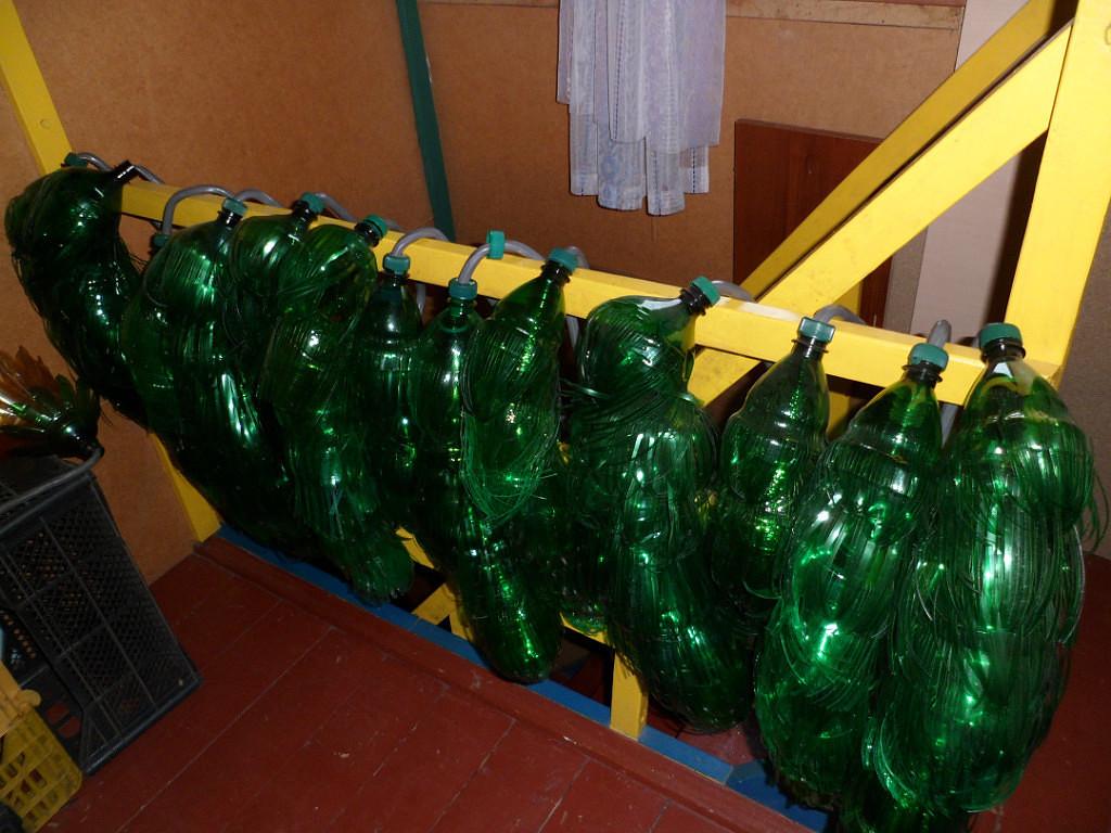 Зелёные листья собираем на металлический кабель 9 высоковольтный) диаметр которого около 12-14 мм.