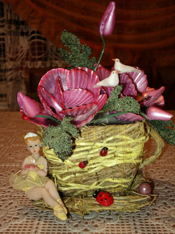 А на клумбе под окошком Распускаются цветы. Разноцветные головки Тянут к солнышку они. Я цветы срывать не стану, Полюбуюсь, погляжу, И волшебную поляну Всем друзьям я покажу!