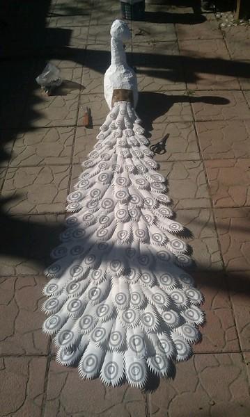 Белый павлин из пластиковых бутылок своими руками